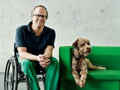 Oliver Holy mit seinem Hund Louis auf Konstantin Grcics' Odin
