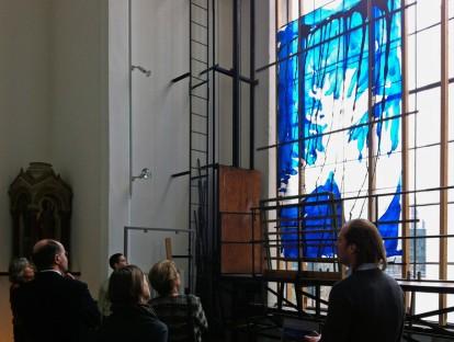 Die Halle mit Platz zum Betrachten der großformatigen Arbeiten
