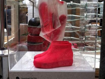 Total heiß: Neonfarbene Jean Nouvel boots. Ich weiß grad garnicht, warum ich mir die nicht gekauft habe...