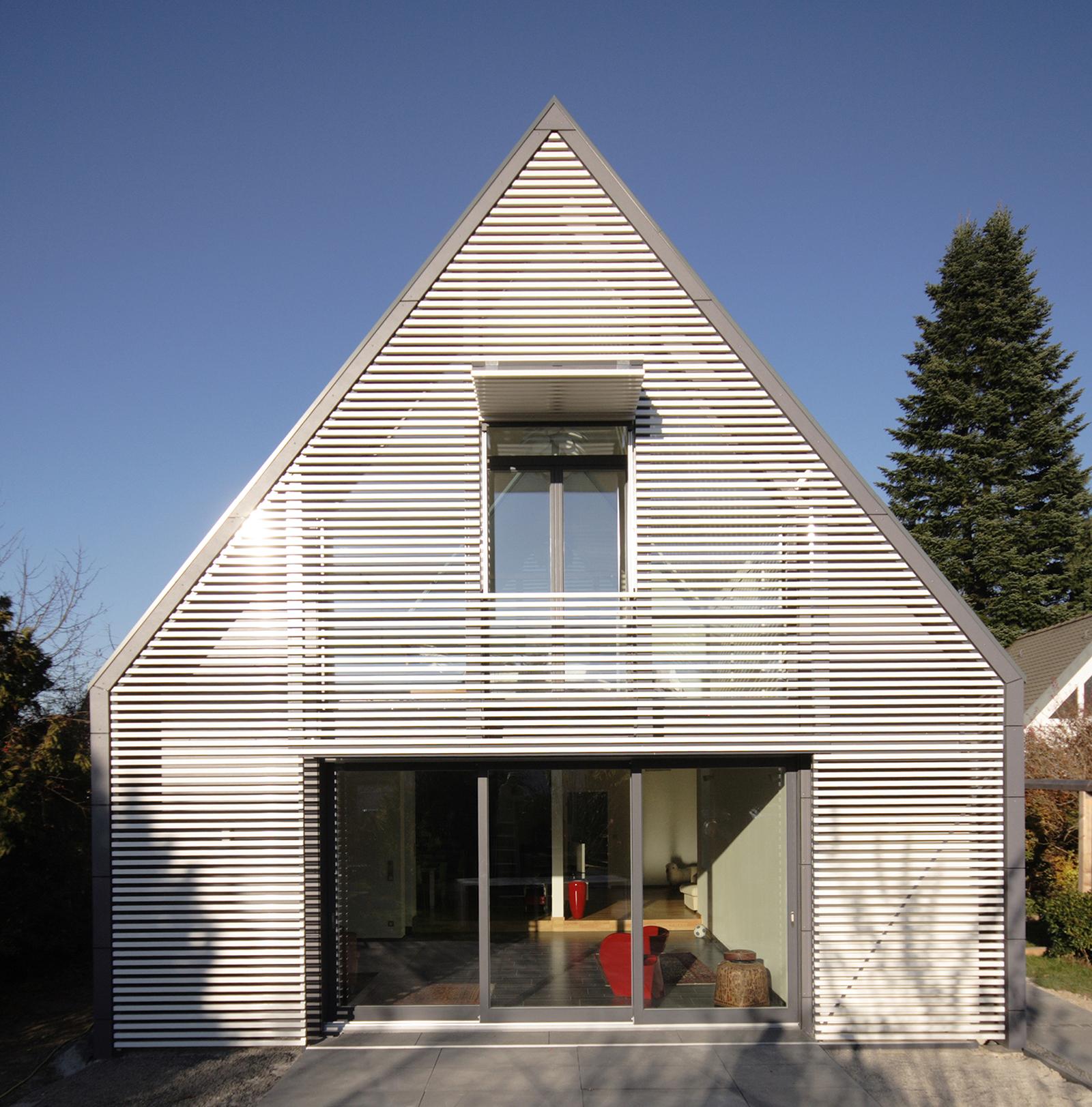 wohnhaus mit wandelbarer screenfassade muenchenarchitektur. Black Bedroom Furniture Sets. Home Design Ideas