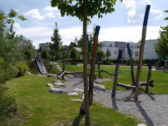 BILD:       Öffentliche Grünfläche für Kinder und Rosenfreunde