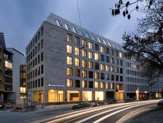 BILD:       Verwaltungsgebäude  Maximiliansplatz 13