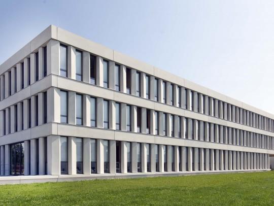 BILD:       Verwaltungsgebäude in Eglharting