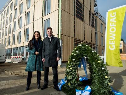 Stadtbaurätin Prof. Dr.(I) Elisabeth Merk und Dr. Klaus-Michael Dengler, Sprecher der Geschäftsführung der GEWOFAG, mit der Richtkrone. Foto: Lukas Barth