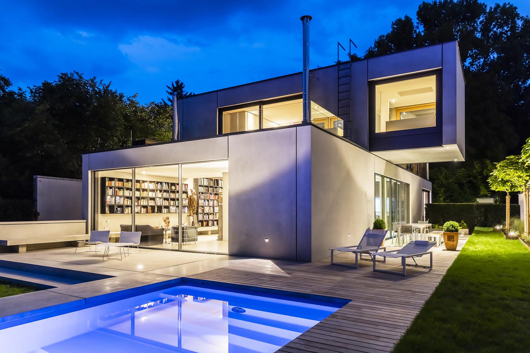 Gartenseite Mit Pool Und Terrasse