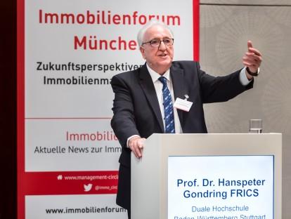 Launige Einführung in das Immobilienforum München von Prof. Dr. Hanspeter Gondring. Foto: Management Circle AG