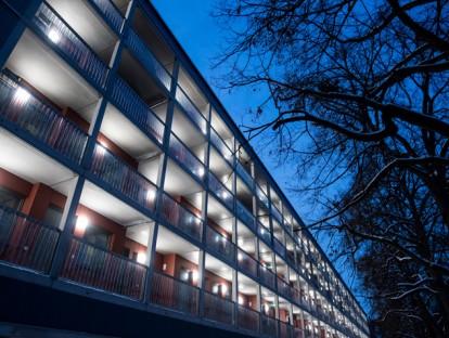 Beleuchtete Laubengänge: Das Haus am Dantebad ist fertig. Foto: Lukas Barth