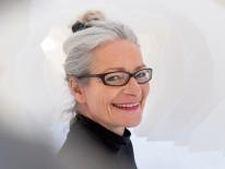 Prof. Tina Haase in einer Papier-Arbeit von Kim Alena Neubüser.