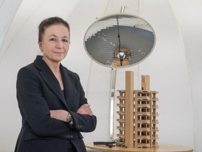 Prof. Hannelore Deubzer mit Architekturmodell in der Lichtkuppel. © Andreas Heddergott / TUM