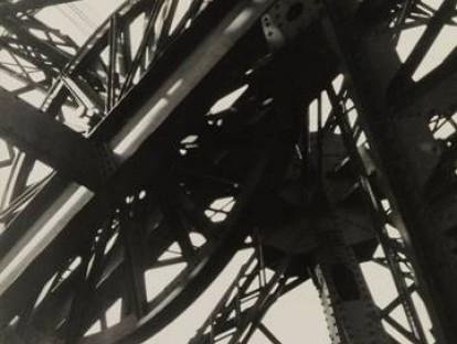 Germaine Krull, Tour Eiffel, 1927  Stiftung Ann und Jürgen Wilde, Pinakothek der Moderne, München. © Nachlass Germaine Krull, Museum Folkwang Essen