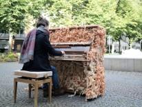 """Das vom Schreiner Oliver Küsper gestaltete Klavier """"Lock Me, Amadeus"""" bei PMIY 2017. Foto: Alexandra Müller / die urbanauten"""