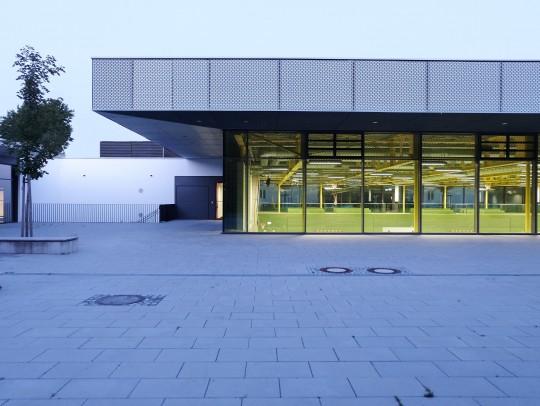 BILD:       Neue Sporthalle für ein Gymnasium
