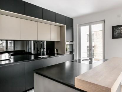 Arbeitsplatte aus poliertem Granit, Ausführung Nero Assoluto. Theke aus furnierter Eiche. © Dross & Schaffer Ludwig 6