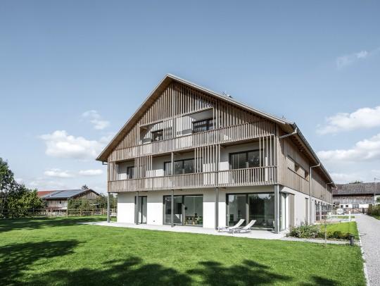 BILD:       Wohnhaus mit Reithalle