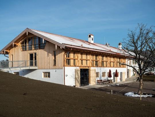BILD:       Neuaufbau eines Bauernhauses